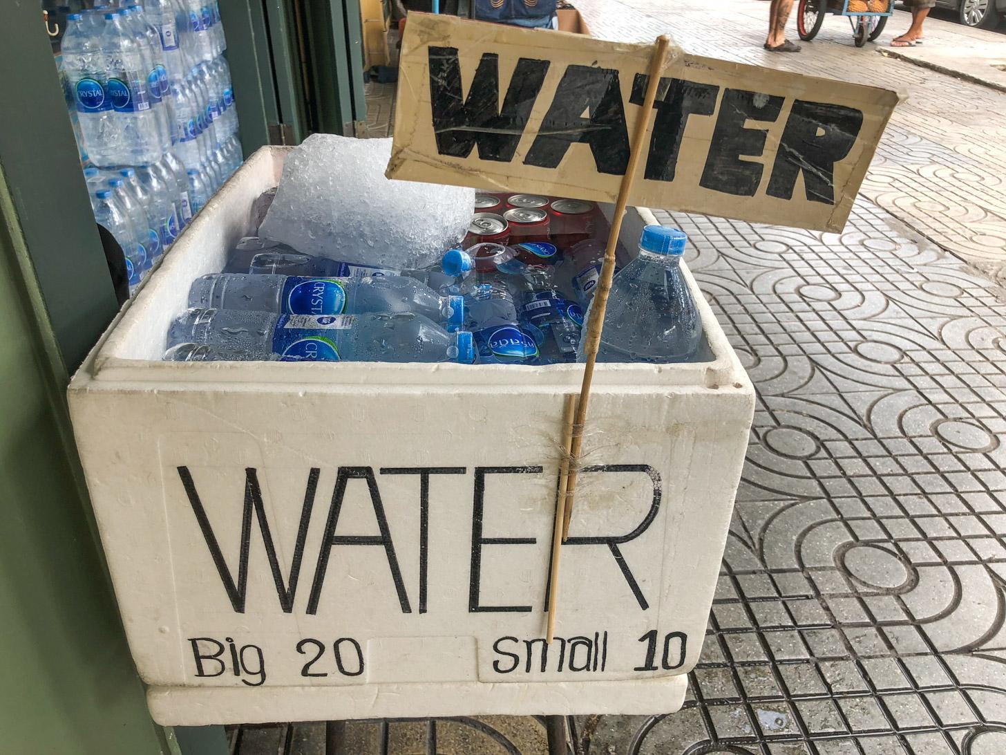 Flesjes koel mineraalwater